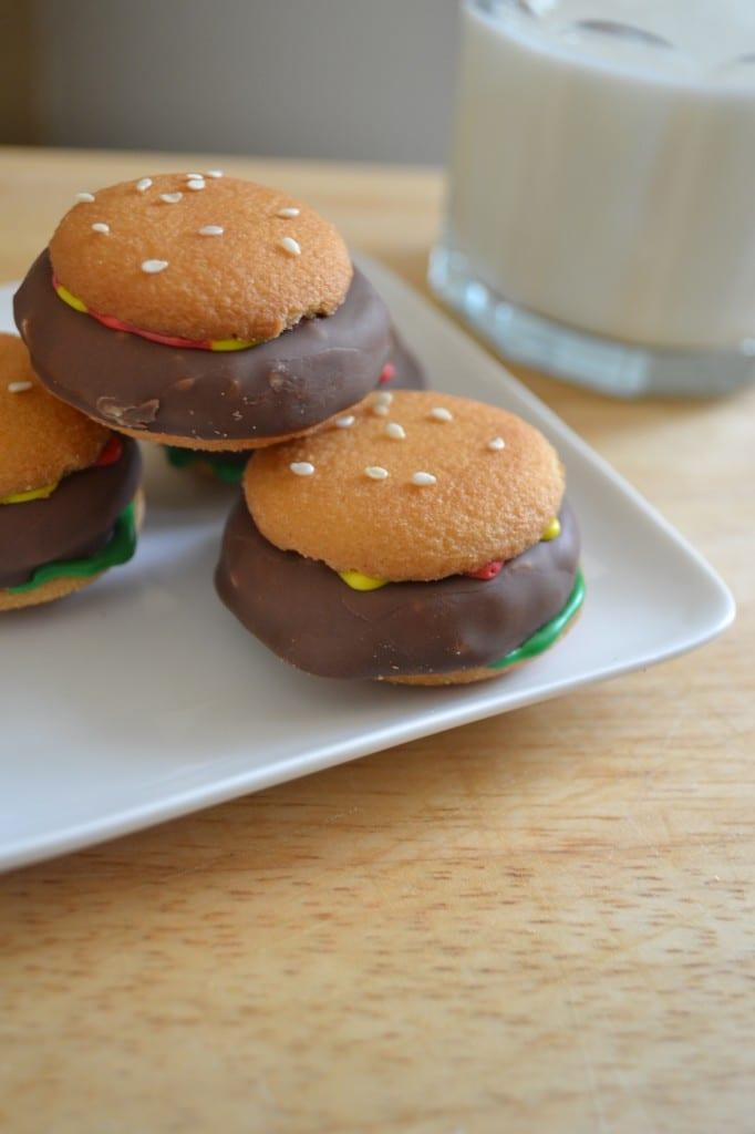 Cookies that look like hamburgers on a plate